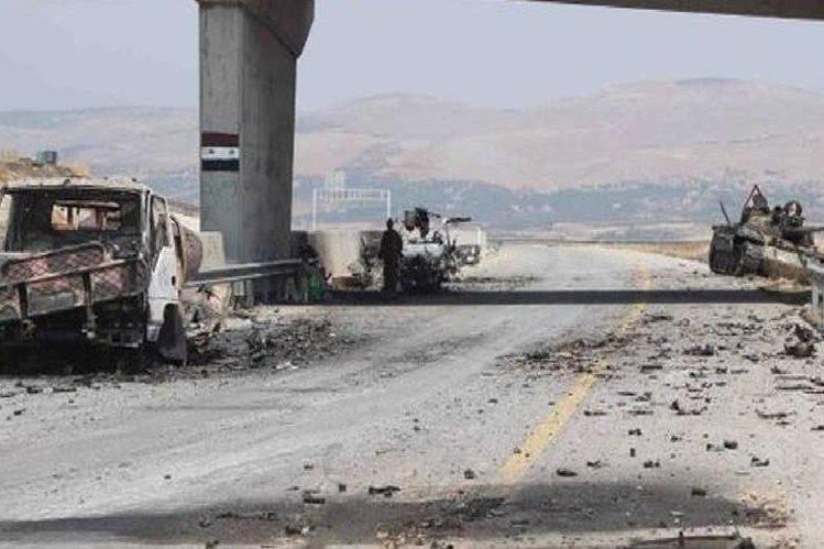 Vehículos militares destruidos por bombardeos aéreos.