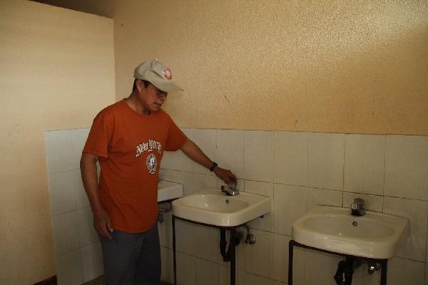 Padre  de familia    muestra la escasez  de agua     en la escuela  del  cantón Chirijuyú.
