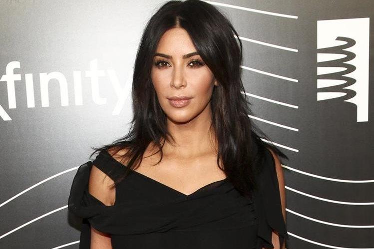 La socialité Kim Kardashian declaró ante la policía cómo había sido el robo que sufrió en Francia. (Foto Prensa Libre: AP).
