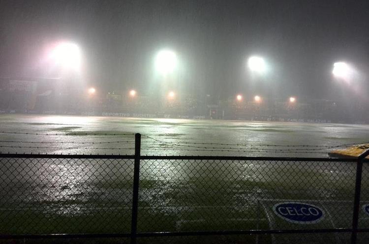 Las lluvias impidieron que Suchitepéquez y Comunicaciones jugarán el miércoles 10 de diciembre de 2014 en la semifinal del Apertura. (Foto Prensa Libre: Hemeroteca)