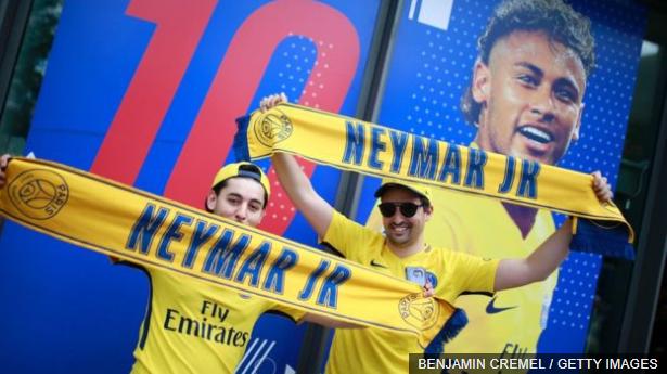 París se paralizó este viernes para la llegada de Neymar al PSG.