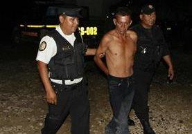 Momento en que agentes de la PNC rescatan de la turba a Alfredo León Corado, 42. (Foto Prensa Libre: Rigoberto Escobar).