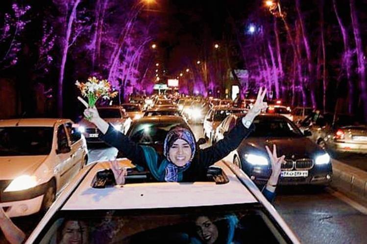 Miles de iraníes salieron a las calles de Teherán al concluir el acuerdo. (Foto: Twitter).