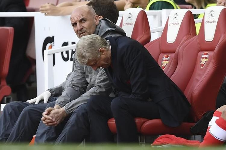 Arsene Wenger se lamenta después de que el Arsenal no consiguió el pase para la próxima Liga de Campeones de Europa. (Foto Prensa Libre: AFP)
