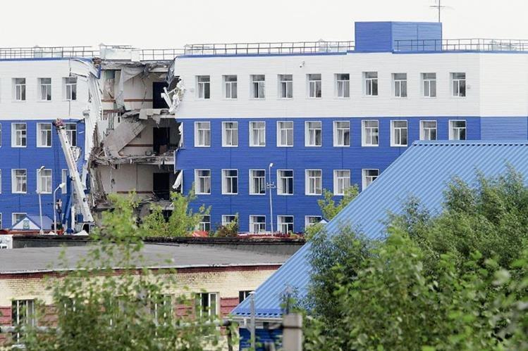 Vista general del cuartel tras derrumbarse anoche en la ciudad de Mosk, en el sur de Siberia, Rusia.(Foto Prensa Libre:EFE).