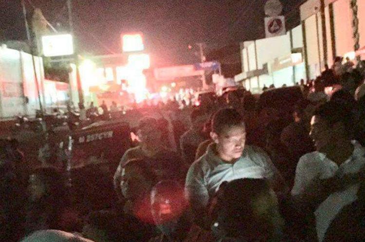 Cientos de personas permanecieron en las calles de Malacatán organizándose para evitar que desconecten el servicio de nuevo. (Foto Prensa Libre: Whitmer Barrera).