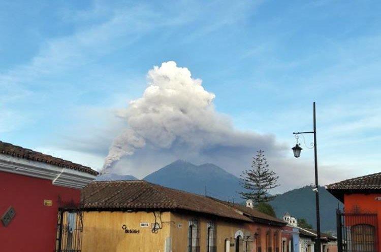 Desde la Antigua Guatemala las columnas de humo se pueden observar.