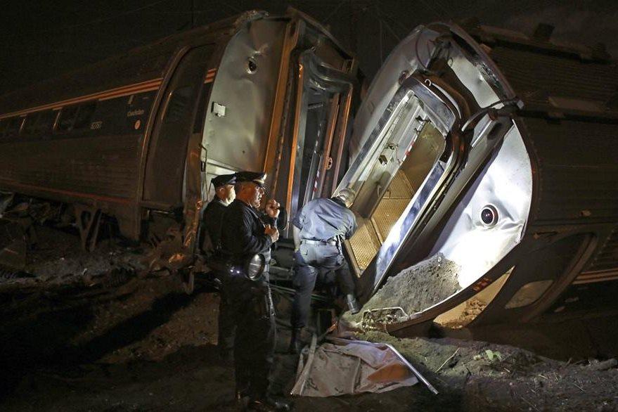 Socorristas trabajan en la escena en busca de víctimas. (Foto Prensa Libre: AP)