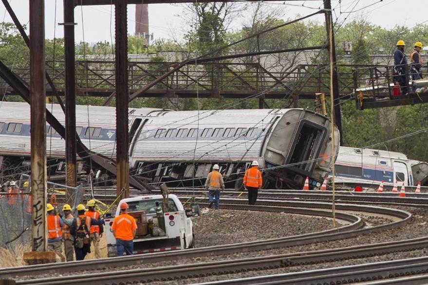 El tren se descarriló en una curva donde debió ir a 80 kilómetros por hora máximo. (Foto Prensa Libre: EFE).