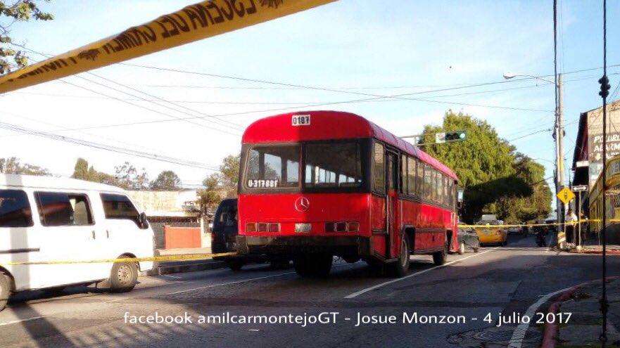 Solo hay un carril habilitado en el lugar del ataque. (Foto Prensa Libre: Amílcar Montejo)