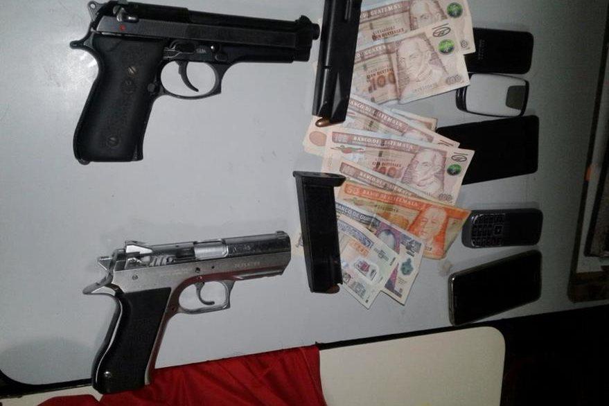 Dinero, armas y municiones se les decomisó a los tres sujetos. (Foto Prensa Libre: Óscar Figueroa)