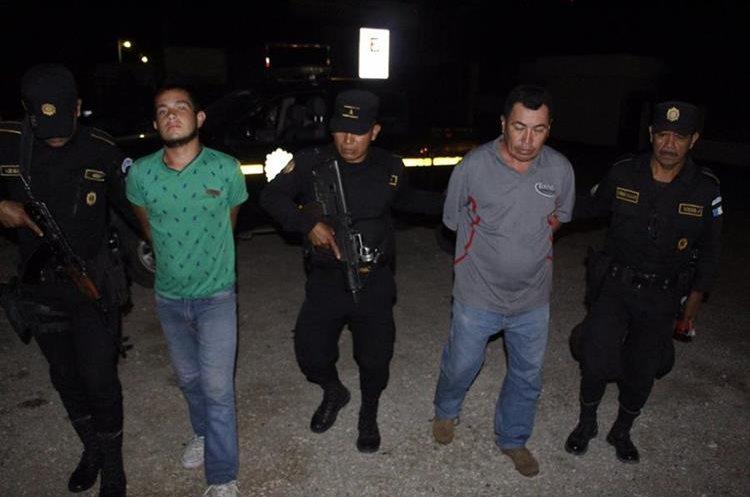 Capturados en Petén por supuestamente ingresar a un inmueble a robar. (Foto Prensa Libre: PNC)