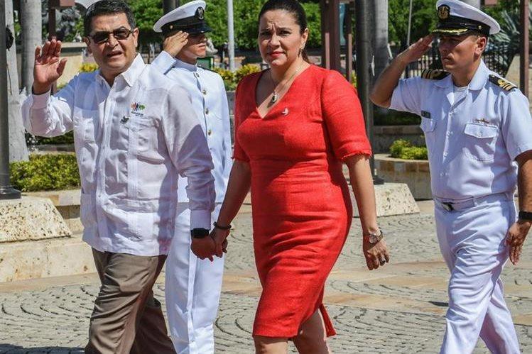 El presidente de Honduras, Juan Orlando Hernández (d), y su esposa Rosa Bonilla, llegan a Cartagena, Colombia, donde participó en la Cumbre Iberoamericana. (Foto Prensa Libre: AFP).