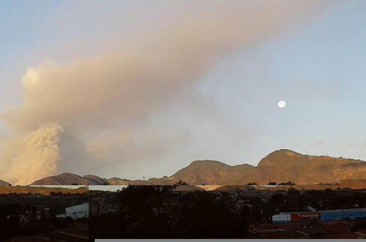 El humo y la ceniza expulsada por el Volcán de Fuego pintó de naranja el cielo de los guatemaltecos. (Foto Prensa Libre: Marielo Villagrán)