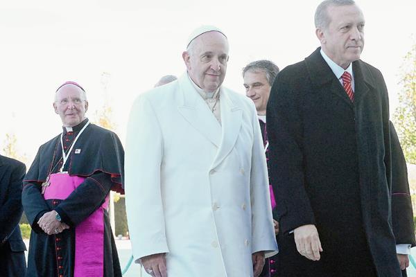 El Papa junto al presidente turco Recep  Tayyip, en noviembre de 2014. (Foto Prensa Libre: EFE).