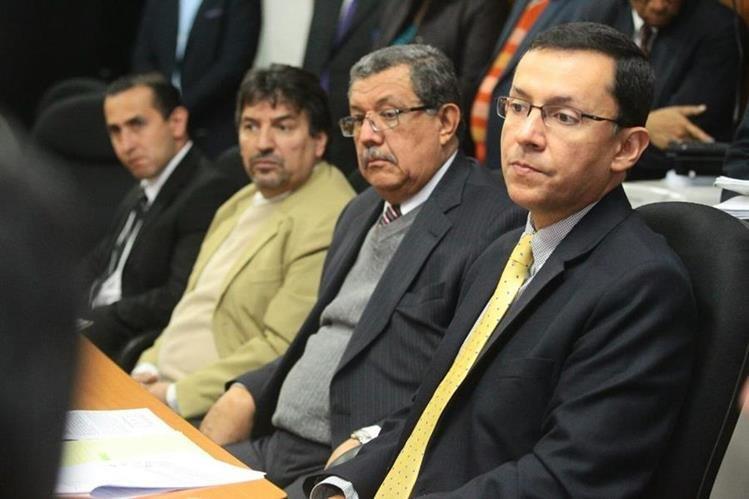 Juan Pelayo Catañón, (derecha) ministro de Energía y Minas, junto a su equipo, acudió ayer a una cita a la Comisión de Energía del Congreso. (Foto Prensa Libre: Álvaro Interiano)