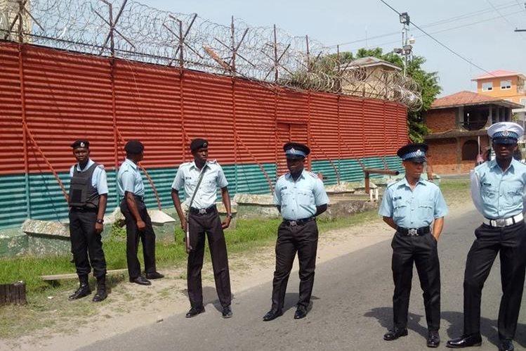 Policías resguardan el área de ingreso a la prisión donde ocurrió el incendio. (Foto Prensa Libre: AP).