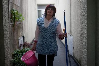 Mujeres y  hombres que trabajan realizando tareas domésticas enfrentan cada día la explotación laboral. (Foto Prensa Libre: Tomada de internet)