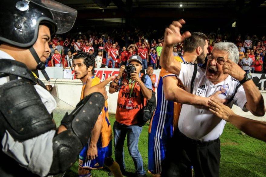 Ricardo Ferreti cruzó palabras con los policías que resgurdaban la seguridad del equipo contrario. (Foto Prensa Libre: Redes Sociales)