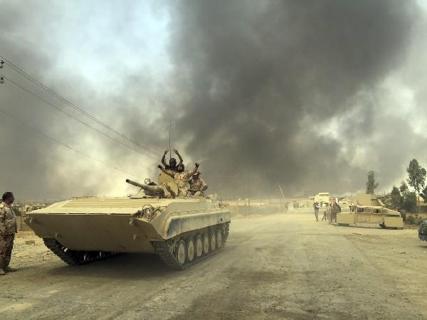 un tanque del ejército iraquí ingressa a la estratégica ciudad de Al Qayara. (AP)