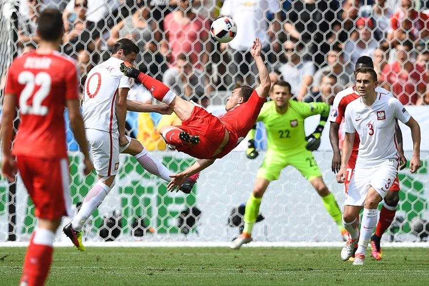 Shaqiri anota el empate 1-1 frente a Polonia. (Foto Prensa Libre: AFP)