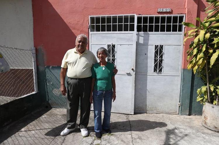 Israel Adán Morales y su esposa, María Esperanza de Morales, cuya casa queda frente a la residencia donde vivió Arjona, en la colonia Atlántida, zona 18. (Foto Prensa Libre, Brenda Martínez).