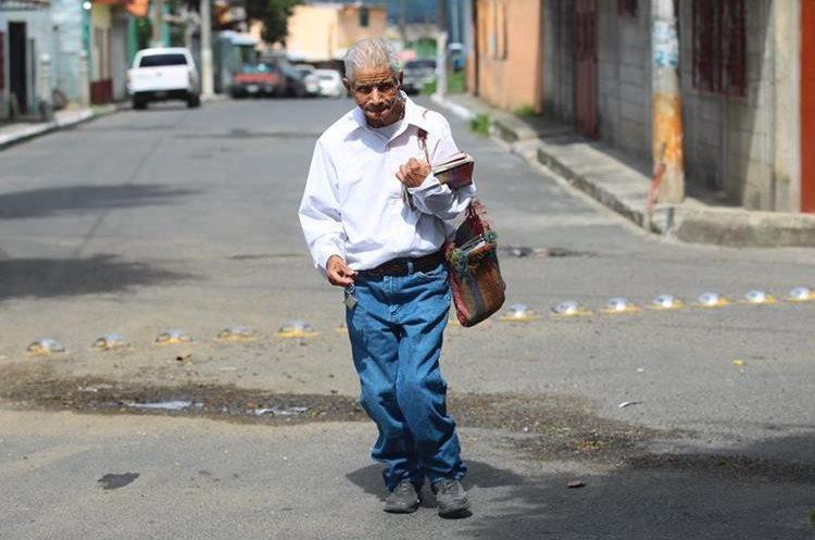 Milo, como le llaman sus amigos y familiares, se levanta desde las 6 horas para ir a la escuela en Cerritos, Villa Nueva. (Foto Prensa Libre: Alvaro Interiano)
