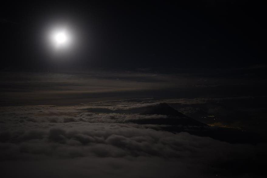 La luna sobre el volcán de Fuego, visto desde el Volcán de Acatenango. (Foto Prensa Libre: EFE)