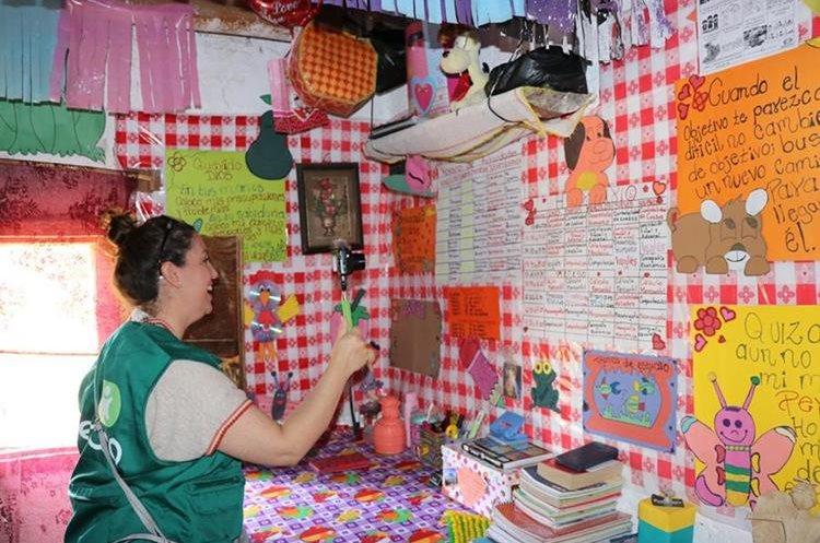 Monica Vicente documenta en casa de Sandra. Foto Prensa Libre: Héctor Cordero.