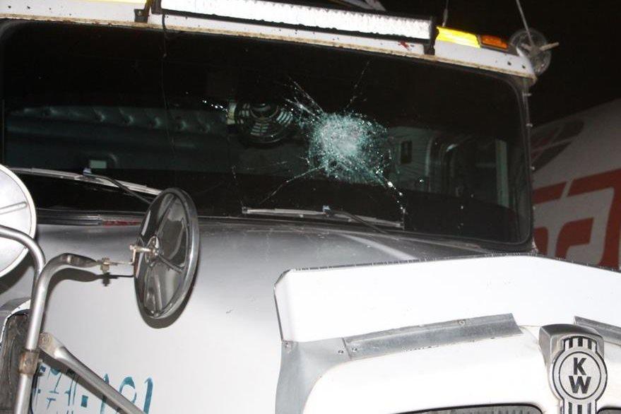 Vidrio de tráiler queda dañado, en Puerto Barrios, Izabal. (Foto Prensa Libre: PNC)