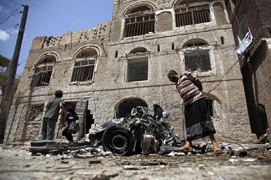 Restos de un vehículo en el lugar donde ocurrió un atentado con carro bomba en Saná. (Foto Prensa Libre: AP).