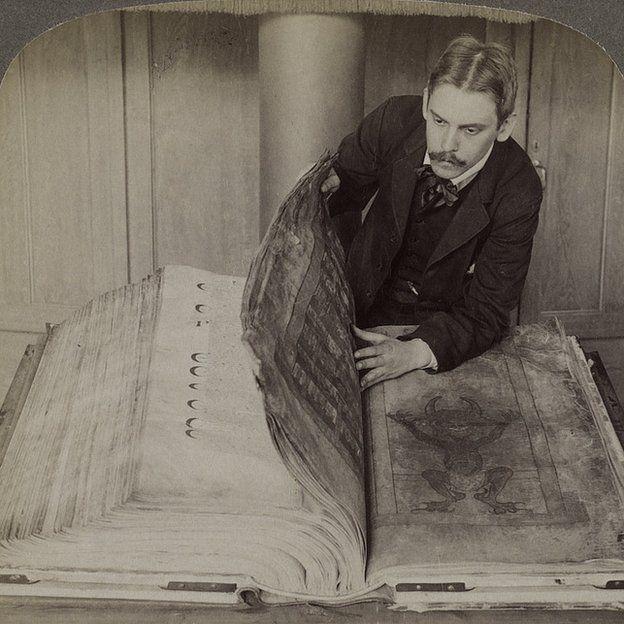 El Código Gigas cuando ya estaba en la Biblioteca Nacional de Suecia, en una imagen estereoscópica tomada en 1906. BIBLIOTECA NACIONAL DE SUECIA