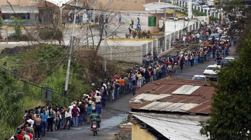Los venezolanos sufren a diario por la escasez de productos lo que los hace que tengan que hacer enormes filas y esperar durante horas por productos. (Foto: Internet).