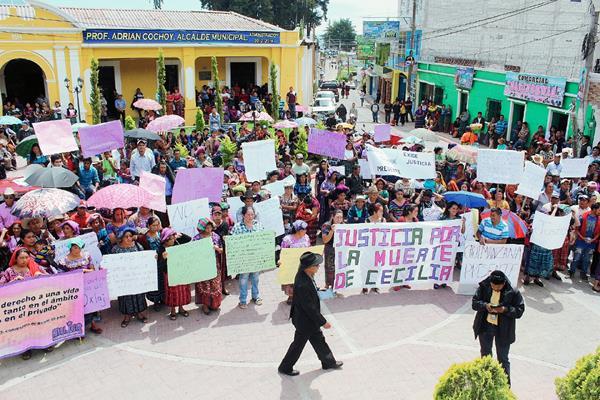Pobladores marchan en Santa Lucía Utatlán, Sololá, para exigir que se aclare la muerte de Cecilia Oxlaj. (Foto Prensa Libre: Ángel Julajuj)
