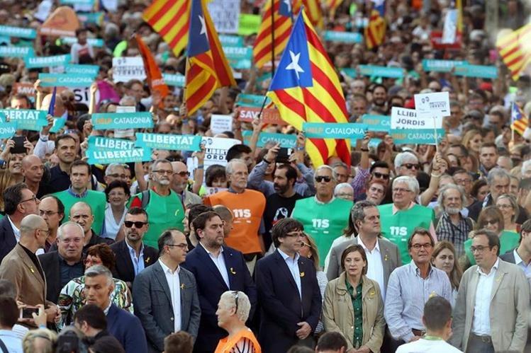 Políticos y activistas catalanes protestan por la decisión de Rajoy. (Foto Prensa Libre: EFE)