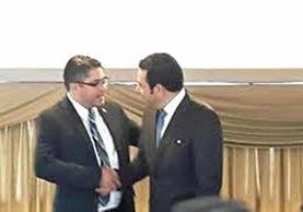 Othmar Sánchez, quien en la foto saluda al presidente Jimmy Morales, ya tiene juez pesquisidor.