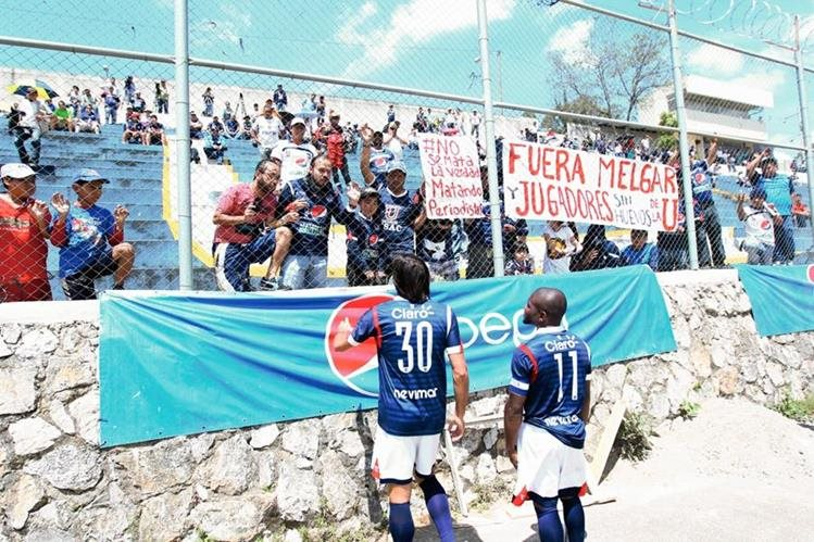 La afición estudiosa mostró su enojo y exigió la salida de jugadores y cuerpo técnico. (Foto Prensa Libre: Allan Martínez)