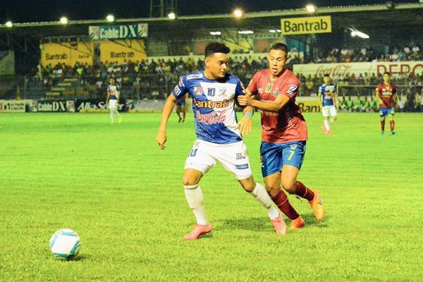 Acción del partido disputado en el estadio Carlos Salazar hijo. (Foto Prensa Libre: Omar Méndez).