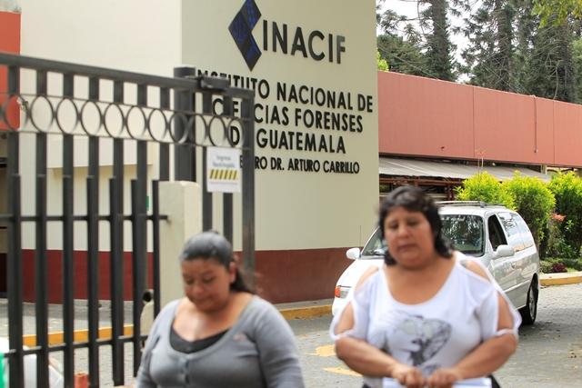 Durante una de las entregas de cuerpos de víctimas del incendio en el Hogar Seguro Virgen de la Asunción, dos mujeres caminan en la morgue del Inacif. (Foto Prensa Libre: HemerotecaPL)