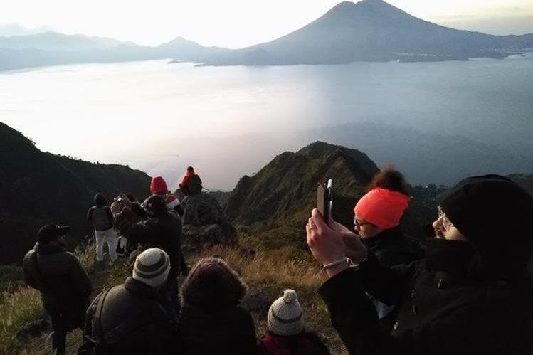 Cada mes se pretende extraer 58 toneladas de desechos del lago Atitlán.(Foto Prensa Libre: Hemeroteca PL)