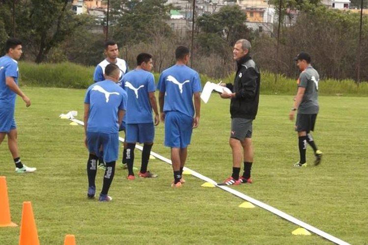 El preparador físico de Comunicaciones Rodolfo González conversa con un grupo de jugadores antes del inicio del yo-yo test. (Foto Prensa Libre: AFP).
