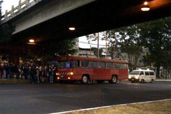 <p>Usuarios esperan en la parada de buses. (Foto Prensa Libre: Irene de León)</p>