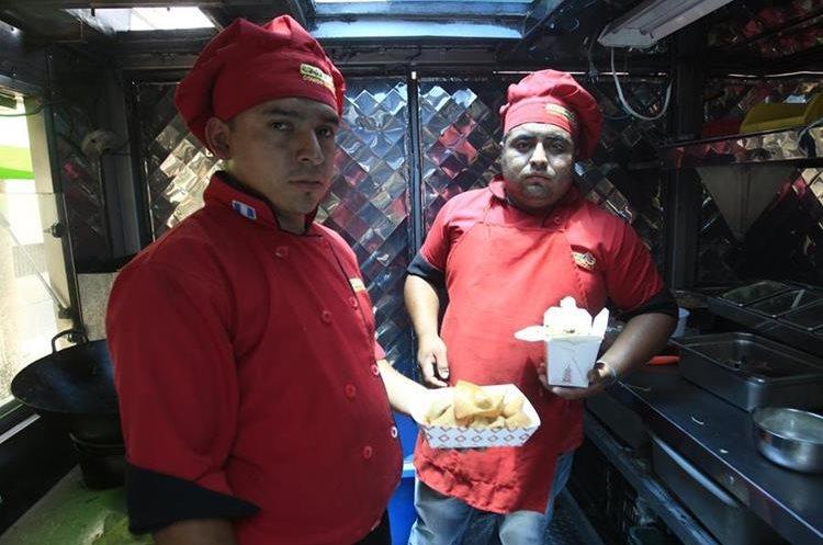 En el Food Truck el Dragón Exprés usted puede encontrar variedad de comida china. (Foto Prensa Libre: Carlos Hernández).