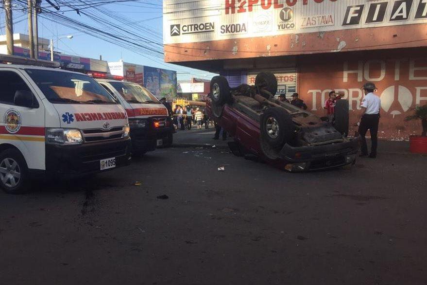 Del lugar Bomberos Voluntarios trasladaron a la mamá de la menor al Hospital General. (Foto Prensa Libre: CVB)