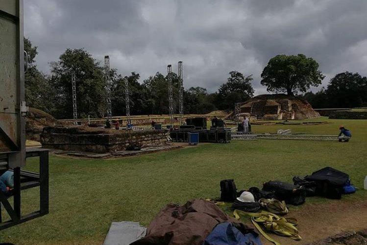 La imagen que circula por redes sociales muestra el momento en el que arman un escenario en el área de monumentos de Iximché. (Foto Prensa Libre: An0nymous_Gt)