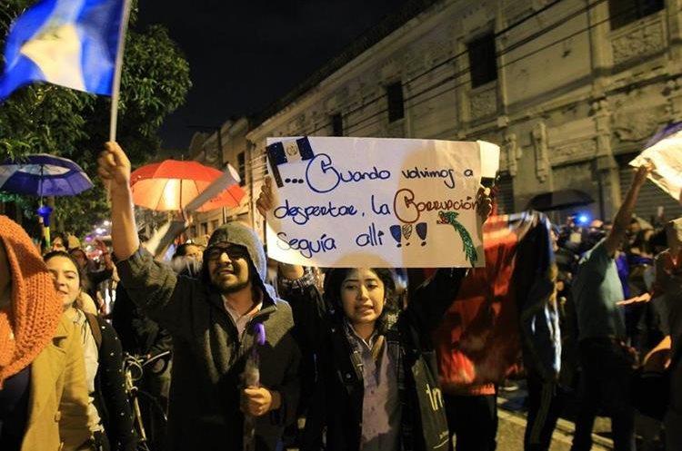 Con pancartas manifiestan su descontento contra diputados frente al Congreso de la República.