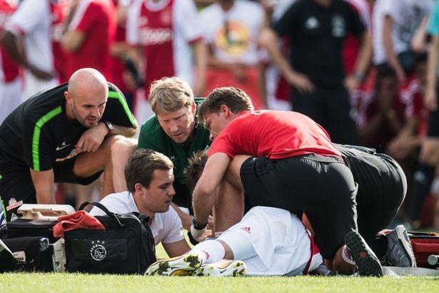 Nouri se sintió mal en pleno partido y se desplomó ante la mirada atónita de los jugadores. (Foto Prensa Libre: Redes Sociales)