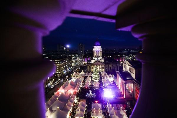 El mercado navideño en la plaza Gendarmen Markt está iluminado en Berlín. (AP)