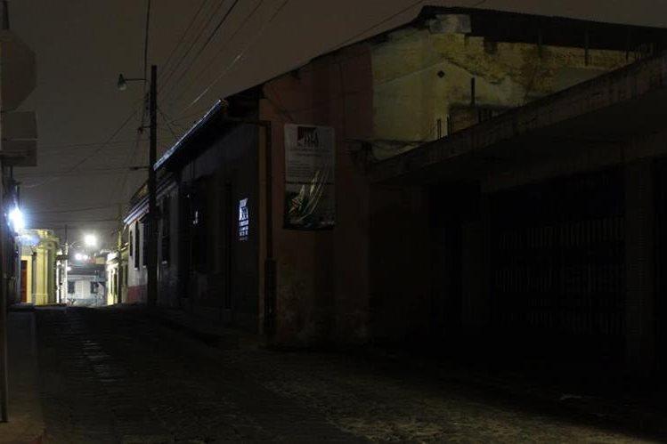Varios sectores de Xelajú tienen alumbrado público deficiente debido a que muchas luminarias están dañadas y la Empresa Eléctrica Municipal no se da abasto para repararlas. (Foto Prensa Libre: María José Longo)