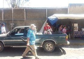 Usuaria viaja en picop debido al paro de buses en el Valle de Palajunoj, Xela. (Foto Prensa Libre: María José Longo).